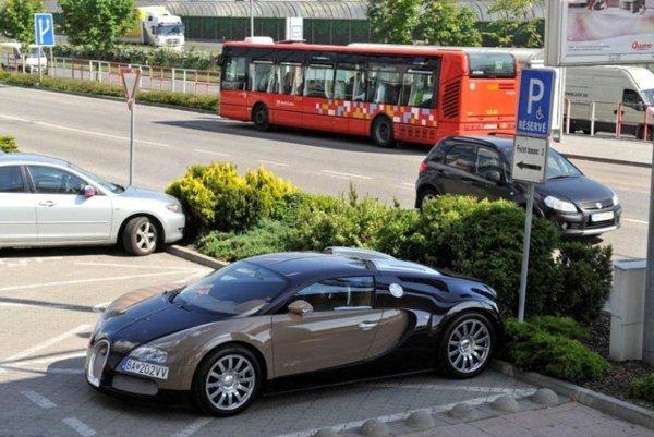 Bugatti Veyron parkuje na mieste vyhradenom pre invalidov.