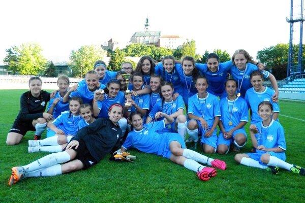 Natešené žiačky FC Nitra. V tomto roku ešte neprehrali ani jeden súťažný zápas.