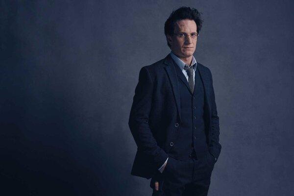 Dospelý Harry Potter v podaní herca Jamieho Parkera.
