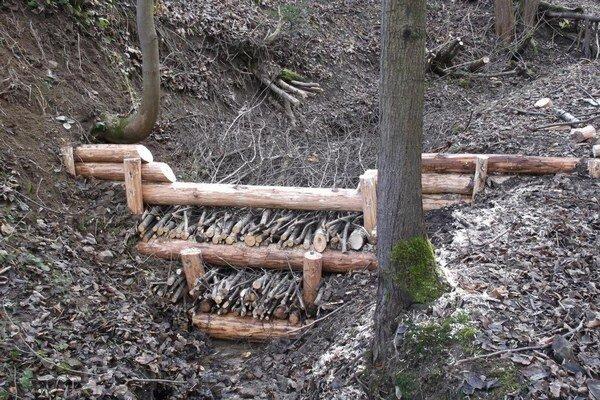 Jedna hrádzka zadrží 100-120 kubíkov vody a splavenín.