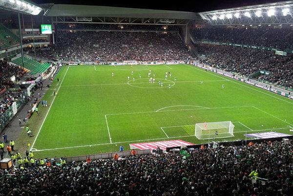Štadión Geoffroy-Guichard v Saint-Etienne má podľa anglického štýlu štyri tribúny.