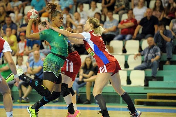 Monika Rajnohová bráni brazílsku hráčku.