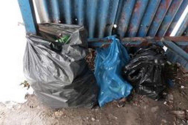 """Služobnému psovi sa podarilo nájsť vo Svrčinovci 600 kusov """"opustených"""" cigariet s bieloruskou známkou."""