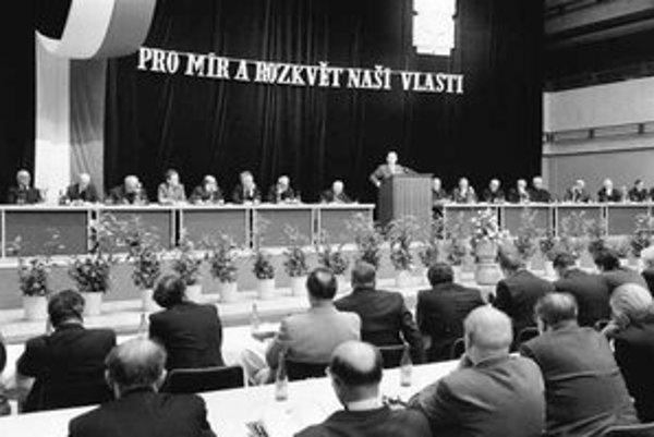 Na mieri a rozkvete vlasti pred revolúciou spolupracovali aj kňazi v združení Pacem in terris. Mali aj oficiálne väzby na predstaviteľov moci. Na ich zasadaní v roku 1981 napríklad vystúpil aj predseda Federálneho zhromaždenia ČSSR Alois Indra.