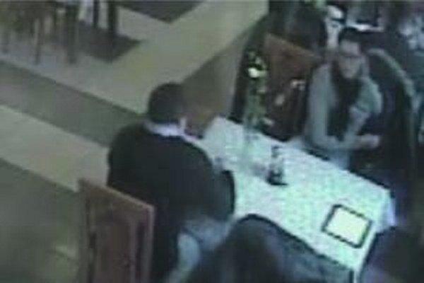 Polícia v Čadci žiada verejnosť o pomoc pri stotožnení dvoch neznámych mužov zachytených na záberoch z priemyselnej kamery.