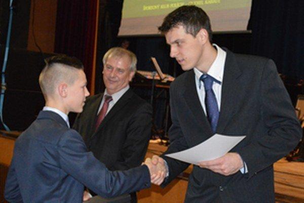Predseda Komisie mládeže a športu Peter Strapáč ocenil na Reprezentačnom plese kysuckých športovcov aj karatistu Mareka Pončku, ktorý si vyslúžil cenu za výnimočný počin.