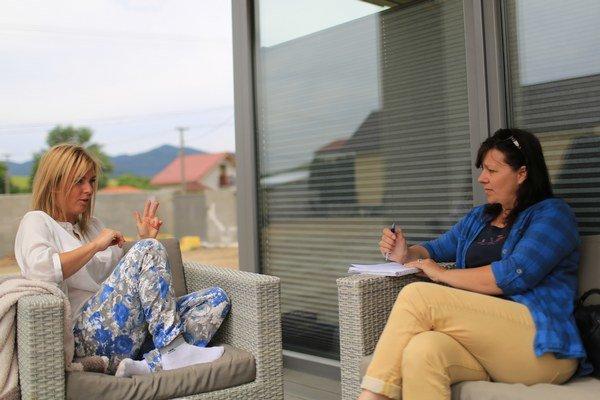 Denisa Ogino a Katarína Kopcsányi pri tvorbe knihy.