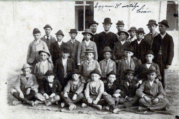 Študenti piaristického gymnázia v Leviciach (1895). Medzi nimi známy Levičan a africký cestovateľ Kálmán Kittenberger.