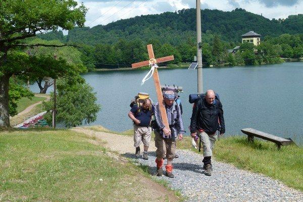 Štvorica mužov prešla aj okolo jazera Počúvadlo.