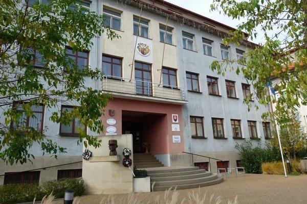 Mestská polícia v Želiezovciach bude pracovať v oklieštenom počte.