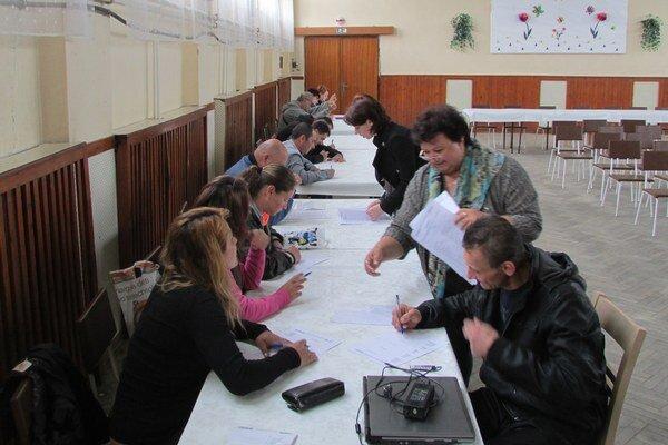 Nábory pre firmu v Ostrihome boli v štyroch obciach na juhu okresu. Prvý sa konal v Čate.