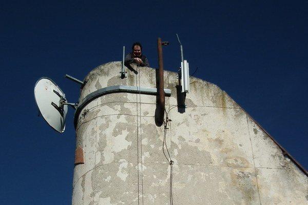 Dlhé roky boli na vyhliadkovom bode nad Levicami osadené telekomunikačné zariadenia. Teraz ich demontovali.
