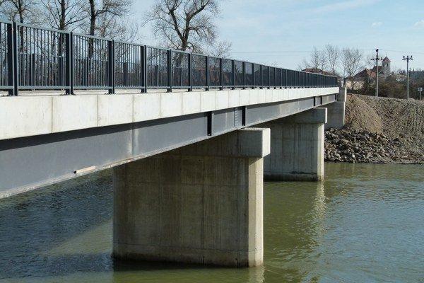Nový most medzi dvomi Tekovmi.