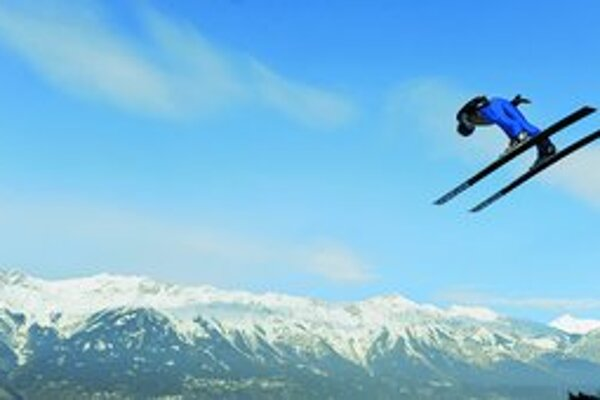 Rakúsky skokan na lyžiach Wolfgang Loitzl na innsbruckom mostíku Bergisel.