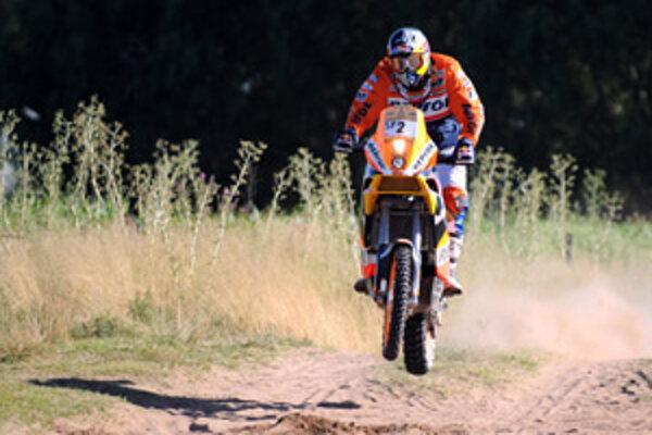 Španiel Marc Coma je lídrom pretekov medzi motocyklami.