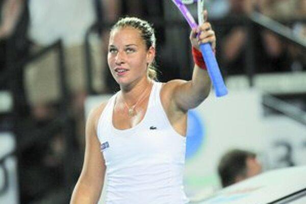 Dominika Cibulková sa teší po výhre nad Dellaquovou. Posledný zápas v A–skupine odohrajú Slováci s Nemeckom.