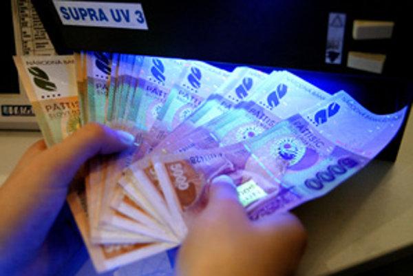 Banky pri prechode na euro upozornili na podozrivé operácie. Mohlo ísť o snahy zlegalizovať peniaze.