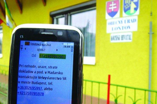 Aj pred Obecným úradom v Lontove ste podľa mobilu už v Maďarsku.