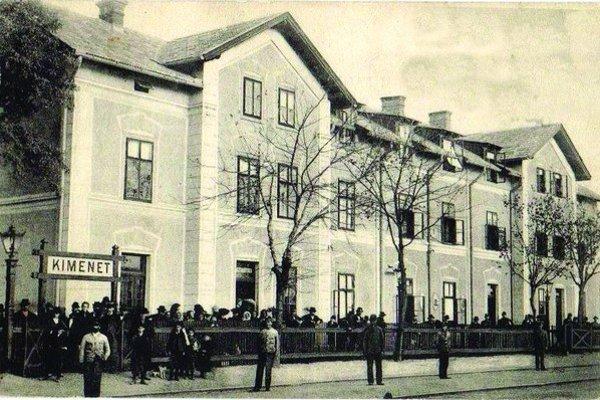 Dobová fotografia zachytáva železničnú stanicu v Leviciach.
