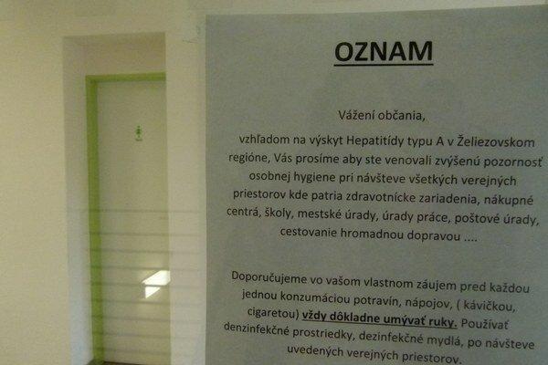 Oznamy informujúce o žltačke visia na vstupoch do verejných inštitúcií v Želiezovciach.