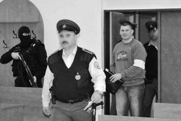 Miroslav Štvrtecký bol 13 rokov kukláčom. Keď v roku 2002 z polície odišiel, prežil nastražený výbuch auta.