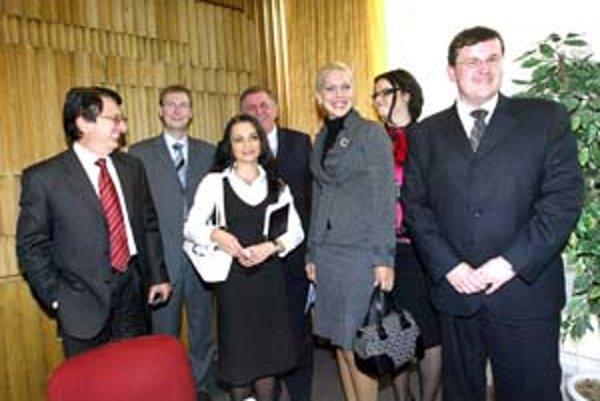 Mečiar a Urbáni (vľavo) s mladými: Jozef Habánik, Monika Zakariásová, Barbora Straková, Ivana Kapráliková, Peter Sika.