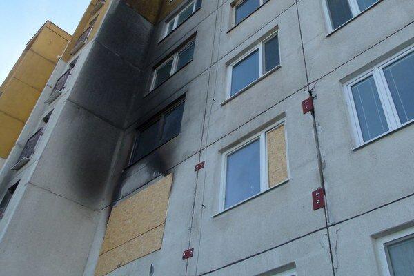 Panely dočasne spevnili kovovými platňami.