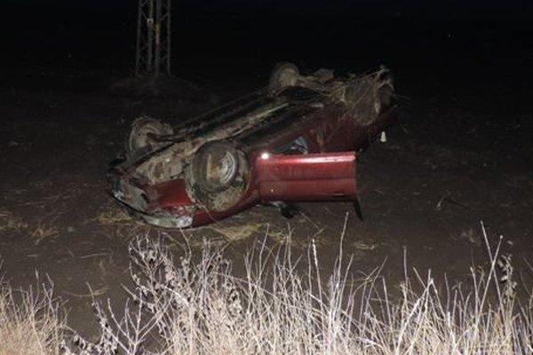 Auto dostalo šmyk, ostalo prevrátené na streche aj so 4-člennou posádkou.