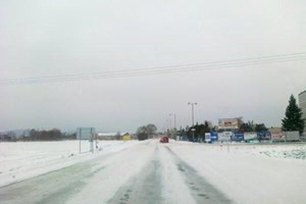 Takto vyzerala vstupná cesta do Levíc od Nitry o ôsmej ráno.