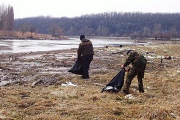 Brigádnici vyzbierali len malú časť odpadu.
