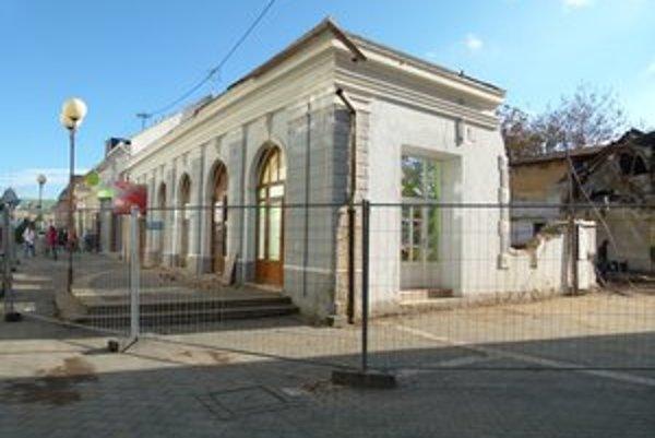 Historickú budovu nahradí moderný viacúčelový objekt.