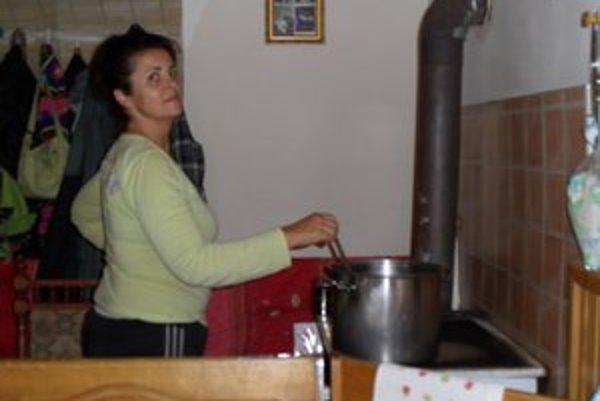 Zuzana Ratulovská z Uhlís odhrieva domáci tvaroh.