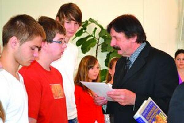Najúspešnejších žiakov ocenil primátor Levíc.