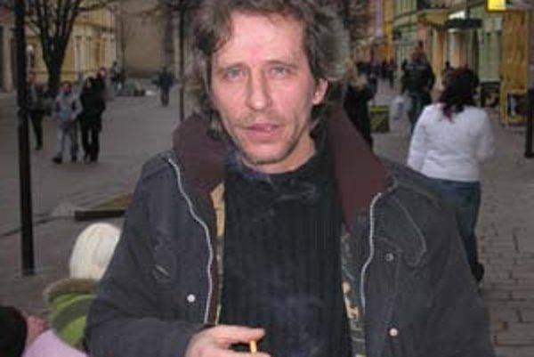 Prešovčan Víťo Staviarsky (1960) vyštudoval scenáristiku na pražskej FAMU, absolvoval viacero povolaní, momentálne podniká v oblasti obchodu. Doteraz publikoval časopisecky, v roku 2001 bol finalistom súťaže Poviedka.