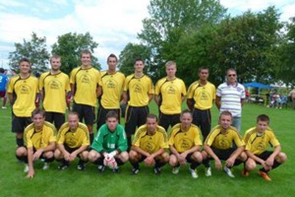 Víťazom sa stali domáci futbalisti Podlužian.
