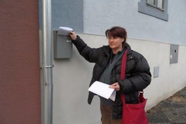 Platobné výmery, informácie o voľbách aj obecné noviny v Pukanci roznášajú do domácností v rámci aktivačnej činnosti.