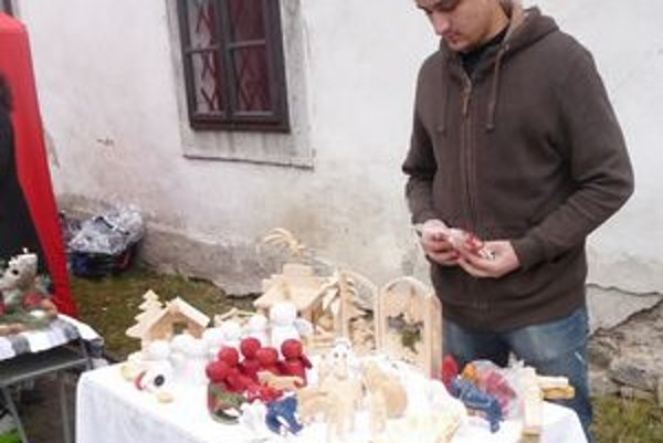Návštevníkom trhov remeselníci ponúkali aj ručne vyrábané drevené betlehemy.