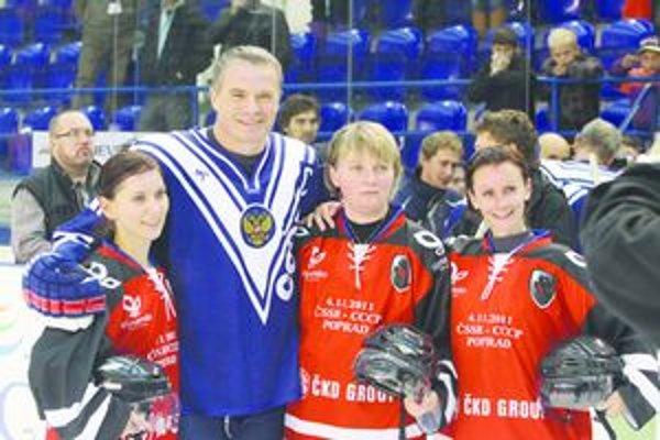 Na zápase hokejových legiend sa rozhodcovsky podieľala aj Tlmačanka Michaela Kúdeľová (prvá sprava). Na fotke spolu s kolegyňami a s prezidentom KHL Alexandrom Medvedevom.