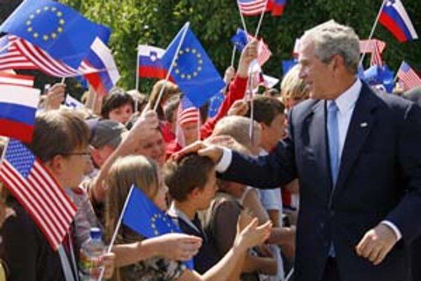 Bush na poslednej návšteve Európy vyslal ďalšiu varovnú správu Iránu. A pozdravil deti.