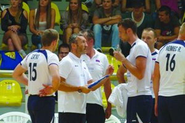 Tréner slovenskej reprezentácie Emanuel Zanini počas oddychového času dohovára svojim zverencom.