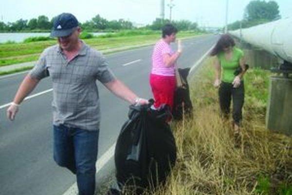 Do brigády sa zapojili aj pracovníci Obvodného úradu životného prostredia v Leviciach.