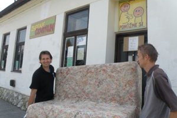 Zberné centrum prevádzkuje v Leviciach Dušan Peter (vľavo).