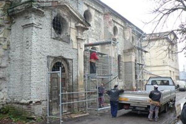 Historickú budovu začala po rokoch levická radnica rekonštruovať.