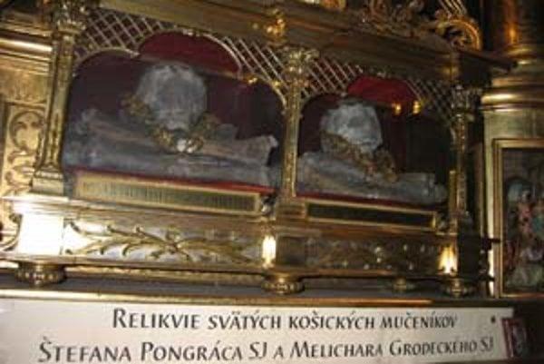 Lebky mučeníkov v trnavskom jezuitskom kostole sú vzácnejšie ako nájdené kúsky kostí svätcov.