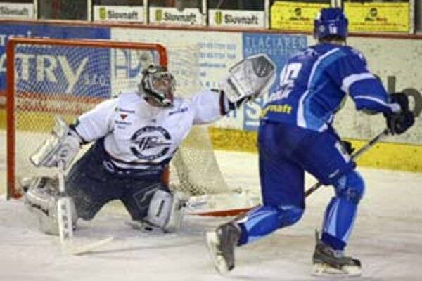 ocek rieši situáciu pred Lipovského bránou vo štvrtom zápase štvrťfinále play off hokejovej Slovnaft extraligy Poprad – Košice 4:3 po samostatných nájazdoch.