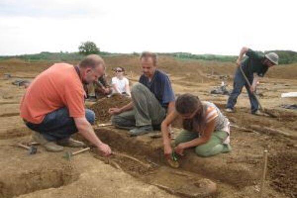 Archeológom konkurujú novodobí vykrádači pokladov.
