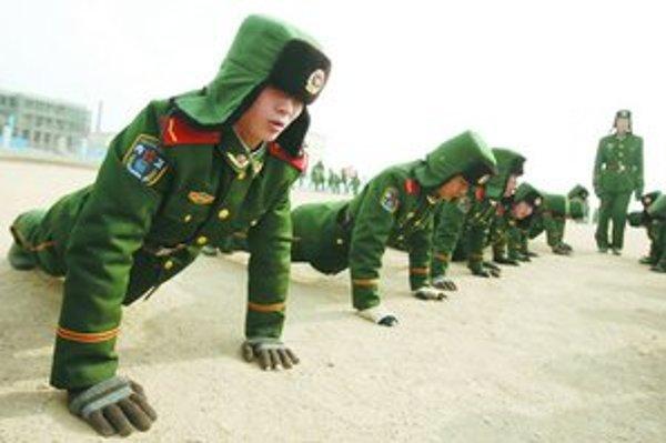 Číňania podľa Pentagonu míňajú na armádu viac, ako oficiálne priznávajú.