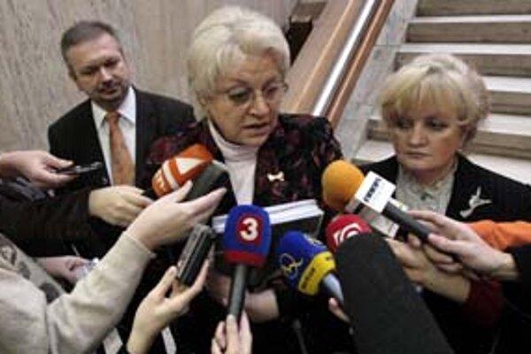 Skutočnosť, že ministerka práce Viera Tomanová, ktorá predsedá dozornej rade Sociálnej poisťovne, nepredložila vláde návrh odmeny