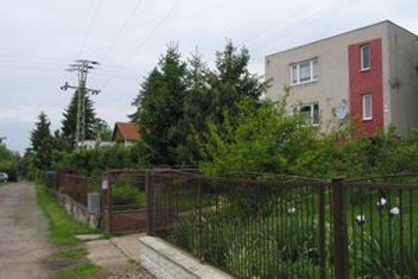 Dom manželov Vaškovcov je bodkou za intravilánom mesta pri Vargovom vrchu.