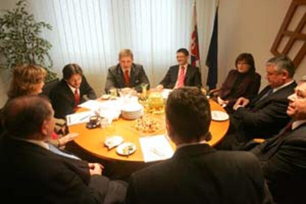 V sídle HZDS sa včera po dlhom čase stretla koaličná rada. Nezvyčajne na nej okrem predsedov boli aj ministri či podpredsedovia strán.